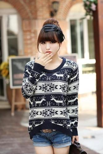 Девушка в свитере с оленем