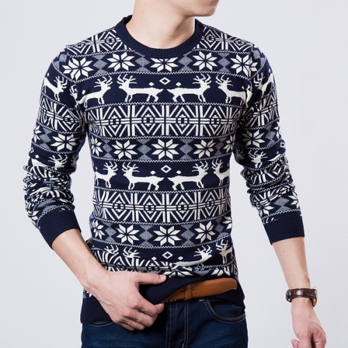 Мужчина в свитере с оленем